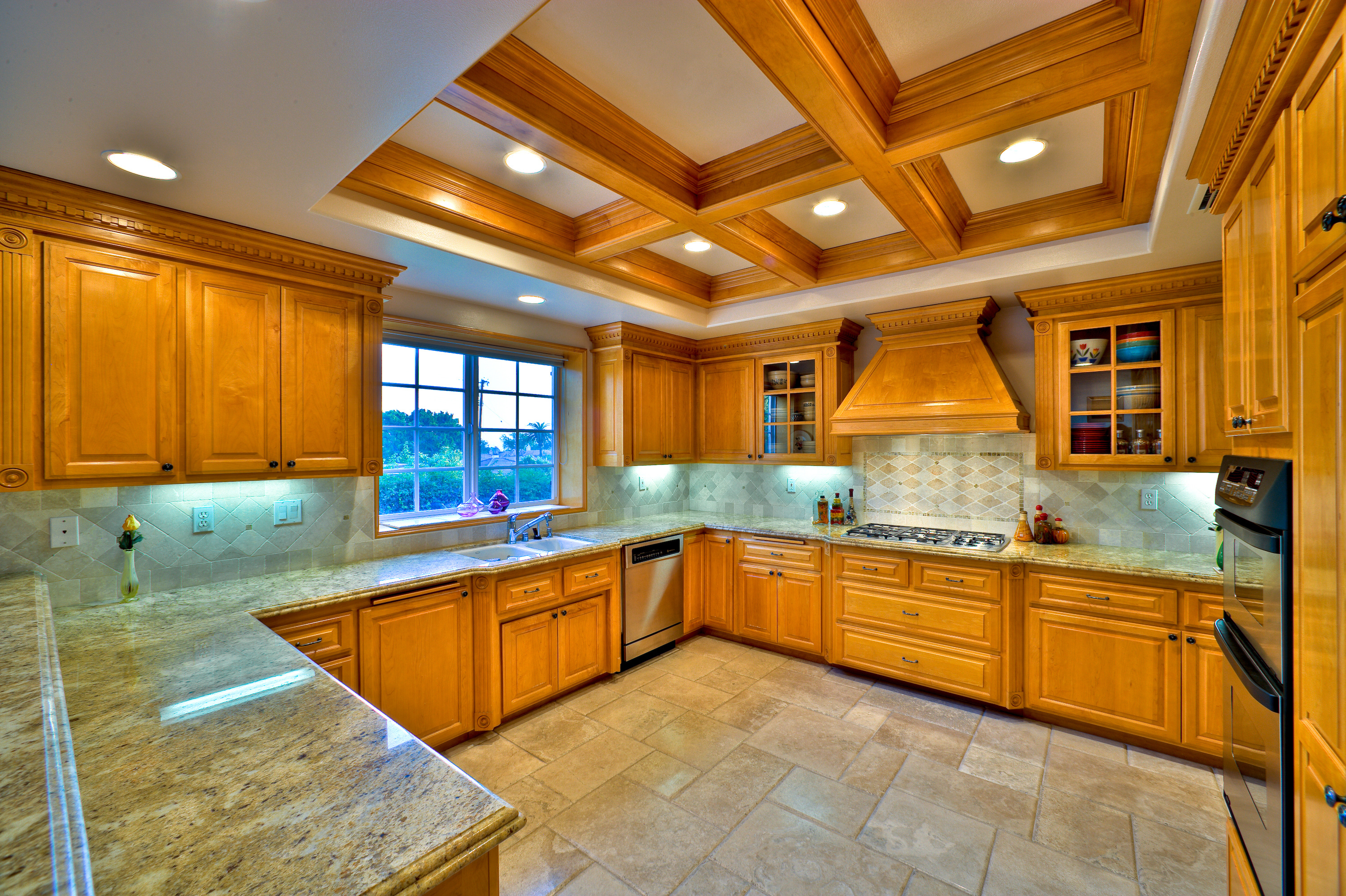 4 reasons why custom kitchen cabinets are better than off for Off the shelf cabinets
